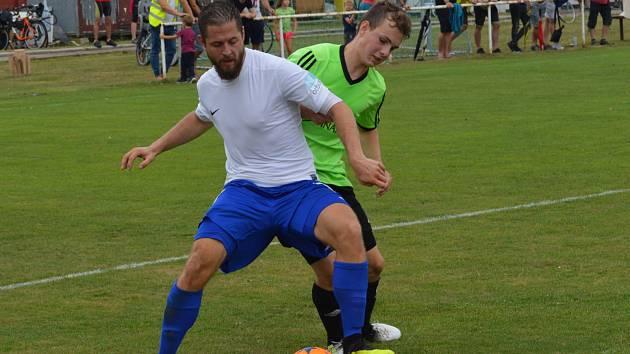 DOMÁCÍ VLÁDLI. Rejšický Zdeněk Jakubec se přes luštěnického Tomáše Holčapka k míči neprotlačil.