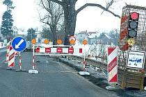 Silnice u Luštěnic je zúžená do jednoho jízdního pruhu kvůli opravě mostku. Provoz zde řídi semafor.