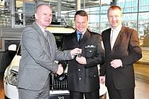 Náměstek primátora Adolf Beznoska (zleva) a ředitel městské policie Tomáš Kypta převzali vůz Škoda Yeti od šéfa zákaznického centra Škoda.