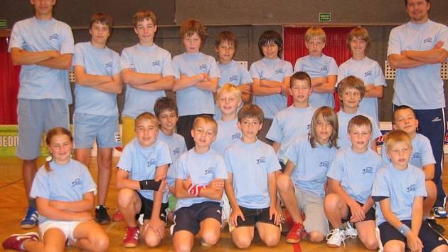 Účastníci mládežnického florbalového kempu.