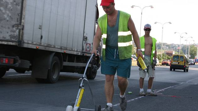 Jan Kroupa obnovuje dopravní značení v Havlíčkově ulici v Mladé Boleslavi za plného provozu.