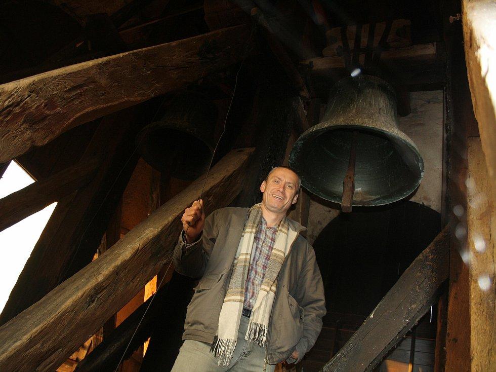 Miloš Repáň v kostele sv. Mikuláše v Horkách nad Jizerou. Ve zvonici.