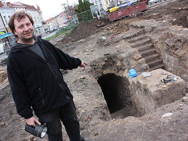 Vedoucí průzkumu Jan Poledne ukazuje vchod do odkrytých prostor sklepení na Staroměstském náměstí v Mladé Boleslavi.