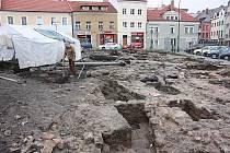 Archeologický průzkum potrvá na Staroměstském náměstí v Mladé Boleslavi do konce listopadu.
