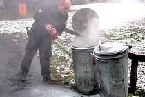 Petarda zapálila odpadky v popelnici. Uhasit ho museli strážníci.