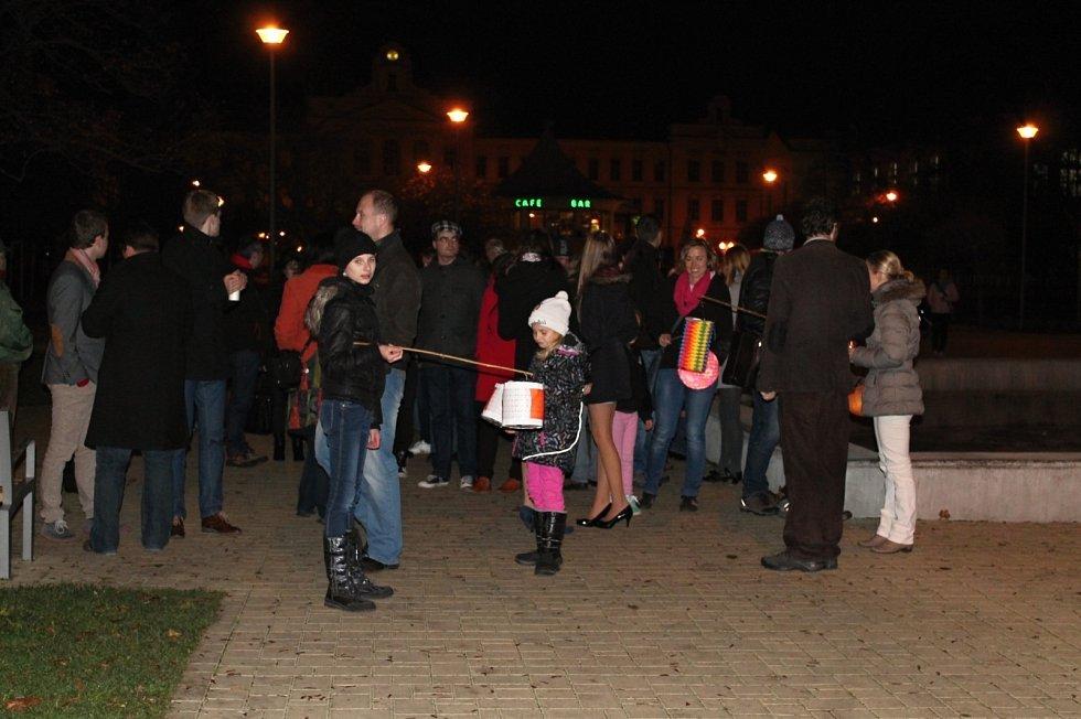 Večerní průvod od Městského divadla na náměstí Republiky.