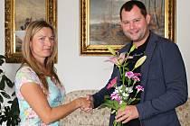 Náměstek primátora Daniel Marek gratuluje pilotce Daně Novákové ke stříbrné medaili z mistrovství světa.