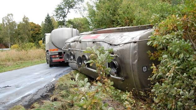 Havarovaná cisterna s mlékem zablokovala silnici u Bezdězu.