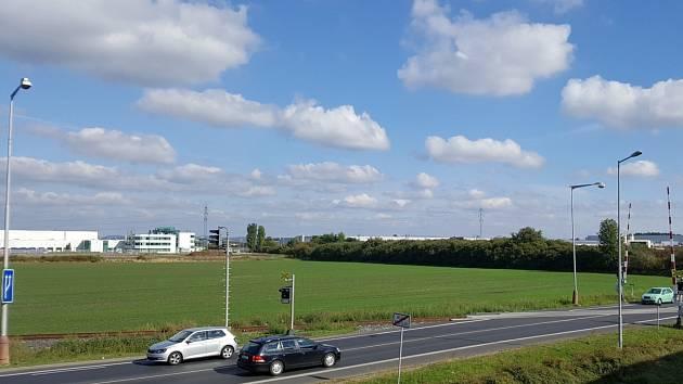Pozemky na okraji Mladé Boleslavi, na nichž nejspíš vyrostou další skladovací haly