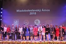 Dvacet sedm pedagogů z mateřských, základních a středních škol na Mladoboleslavsku odcházelo ve středu z prostor taneční školy Zita s gratulacemi, květinou a pamětním listem. Byli totiž nominováni na cenu Mladoboleslavský Amos, která každoročně na základě