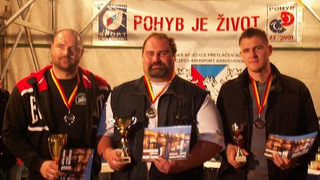 Tři nejúspěšnější pákaři nad 100 kg: zleva Dušan Tesařík  (Hluk) 2. místo, uprostřed František Živný 1. místo a zprava Martin Vodák ( Hluk) 3. místo