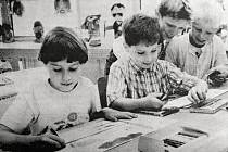 Malí výtvarníci ze Základní umělecké školy, která našla v září 1995 sídlo v budově 9. ZŠ.