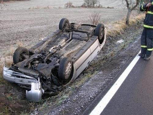 Řidič auta ráno nezvládl řízení a skončil na střeše