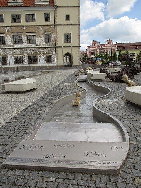Mladá Boleslav, kašna starou před radnicí.
