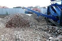 Drcení odpadu na sběrném dvoře v Bělé pod Bezdězem