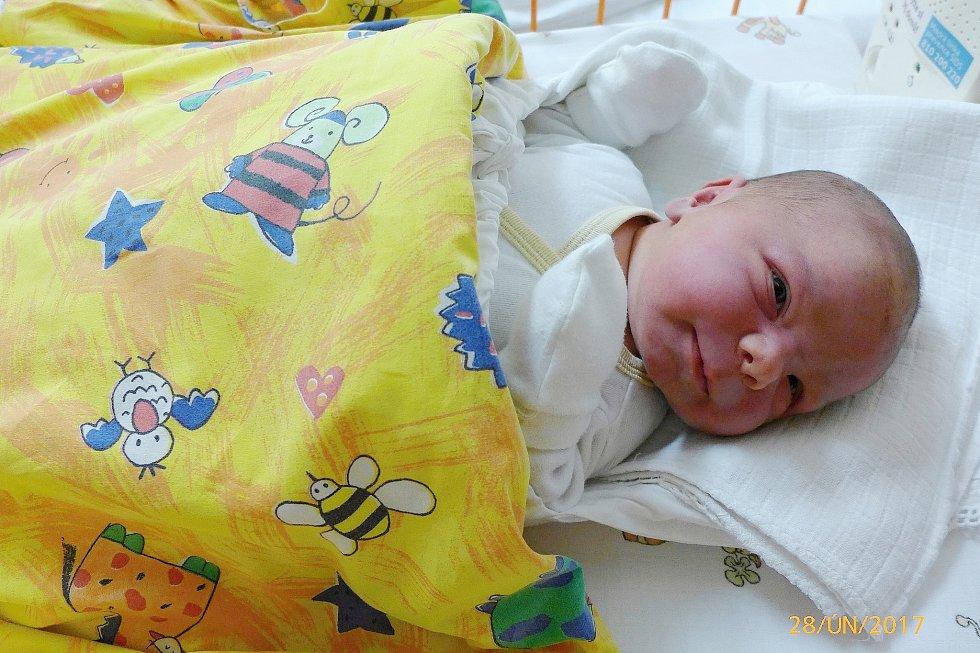 Lucinka Špicarová se narodila 27. února v 11.22 hodin, vážila 4,65 kg a měřila 54 cm. S maminkou Evou a tatínkem Vladimírem bude bydlet v Semčicích, kde už se na ni těší sestřička Terezka.