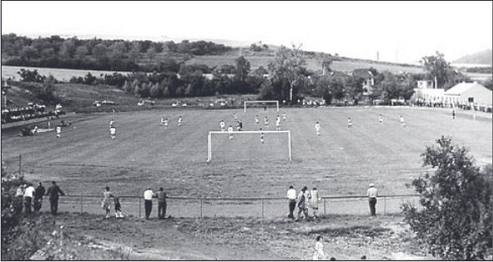 Pohled na staré hřiště fotbalistů SK Benátky nad Jizerou. Snímek je z roku 1964. Dnes hraje A tým na novém stadionu divizi.