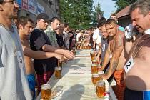 Pivní štafeta v Hospodě u věčné žíně v Pěčicích.