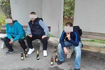 Trojice mužů popíjela na veřejnosti, jeden z nich se chtěl rvát s policií.
