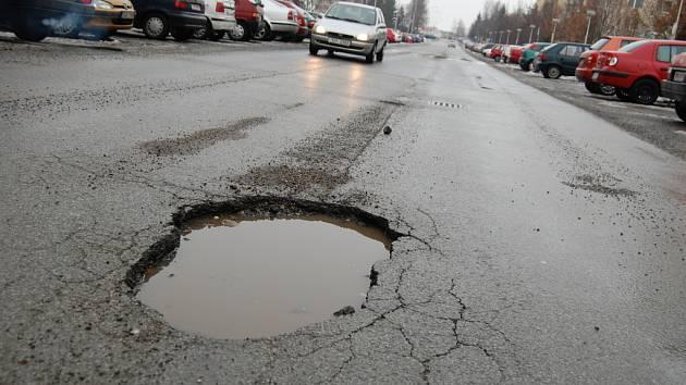 Díra v silnici v ulici Na Radouči v Mladé Boleslavi