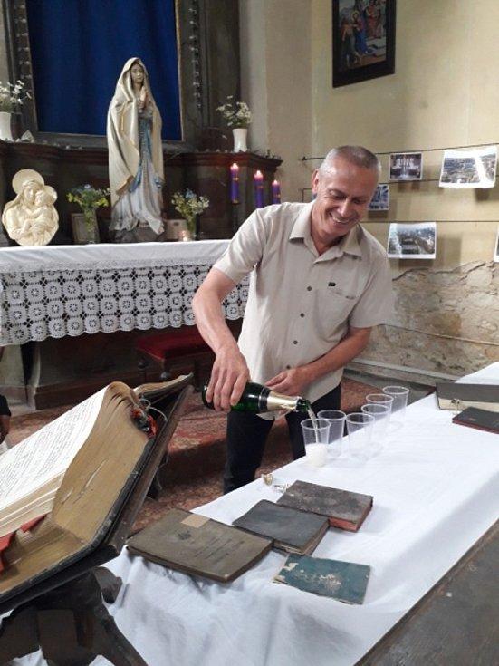 Miloš Repáň v kostele sv. Mikuláše v Horkách nad Jizerou. Přípitek na počest instalace oltářního obrazu.