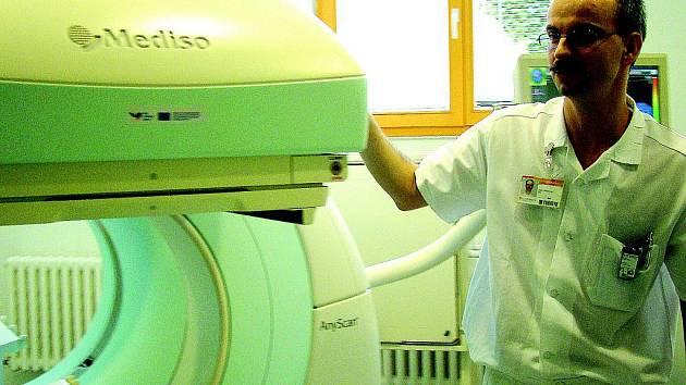 Specialista Tomáš Kolín předvádí nový diagnostický přístroj.