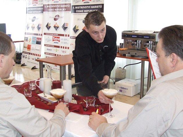 Pavel Vedral (vlevo) v soutěži Mistr káva 2007.