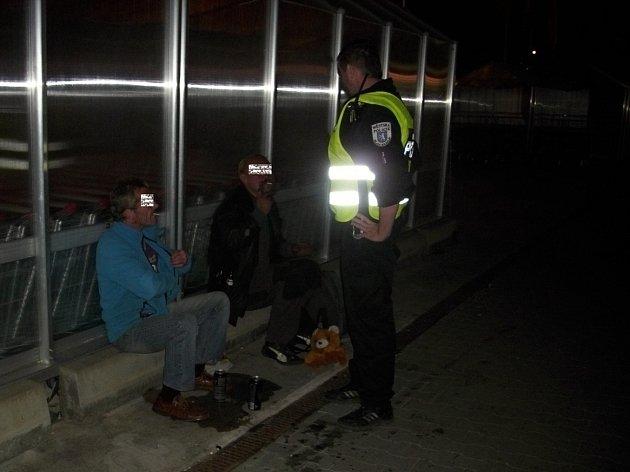 Popíjením alkoholu na veřejnosti lidé bez domova často porušují místní vyhlášku.