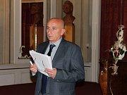 Ustavující zasedání zastupitelstva města Bakova - Radim Šimáně skládá slib zastupitele. Za pár chvil bude zvolen starostou.