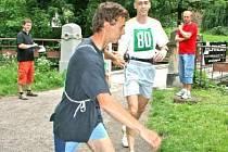 24HODINOVÝ BĚH. Účastníci celodenního běhu v parku Štěpánka se střídali ve čtyřčlenných týmech. Na snímku střídá Karel Štafl (s číslem 82, v modrém) Petra Tichého (s číslem 80, v bílém).