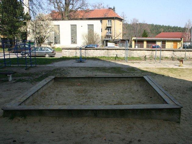 Dětské hřiště na sídlišti v Bělé pod Bezdězem by si rozhodně zasloužilo nové atrakce
