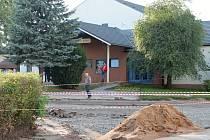 REKONSTRUKCE ulice Ivana Olbrachta stále trvá. Stavbaři pokládají základy nové silnice i chodníku.