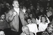 SHROMÁŽDĚNÍ lidí se také v Mladé Boleslavi v revolučních listopadových dnech konala prakticky každý den. Začalo to ale v divadle.