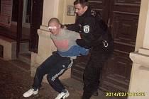Agresivního opilce zkrotil až strážník