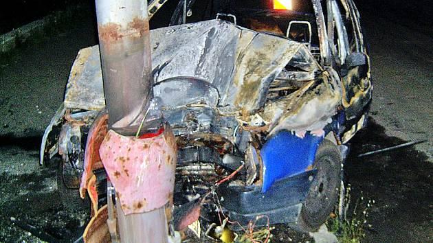 Náraz do sloupu řidič přežil. Měl velké štěstí, že ho z hořícího auta včas hasiči dostali ven.