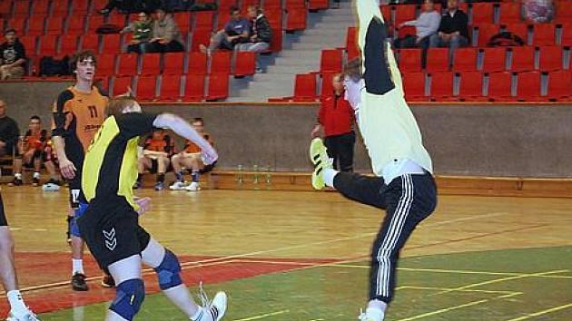 Proti Mostu se střelecky prosazuje ze šesti metrů hráč HC Auto Škody Mladá Boleslav Michal Šťastný.