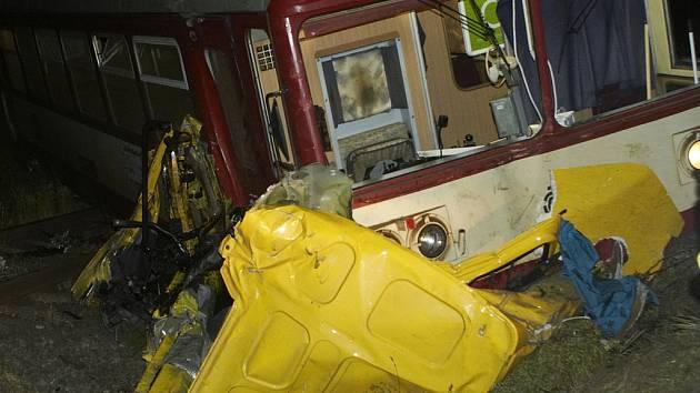 Střet nákladního vozu s motorovým vlakem skončil tragicky.