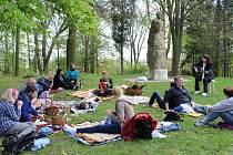 Příjemnou atmosféru sobotního odpoledne si na Hůrku přišlo vychutnat asi dvacet lidí.