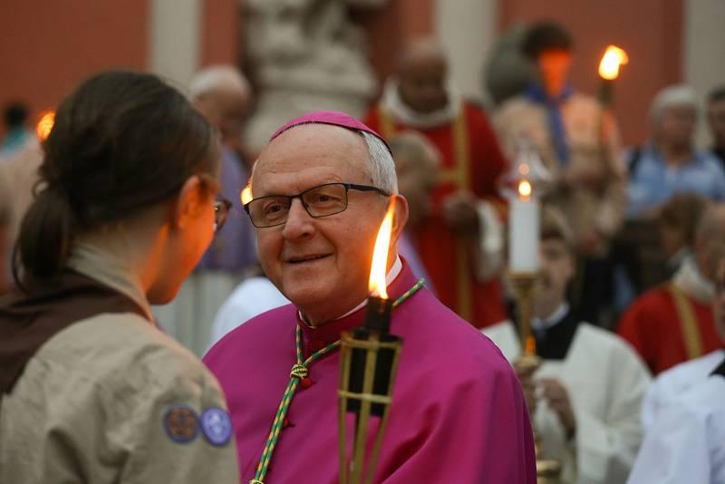 Čekání na relikvie před bazilikou Nanebevzetí Panny Marie v pondělí 27. září 2021.