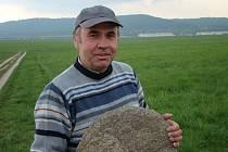 Nálezce vzácného, tisíc let starého žernovu Jindřich Ruml. V pozadí Chlum, kde kámen objevil.