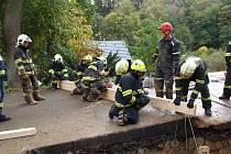 Záchrana zavaleného dělníka v hlubokém výkopu pro kanalizaci v obci Krnsko.