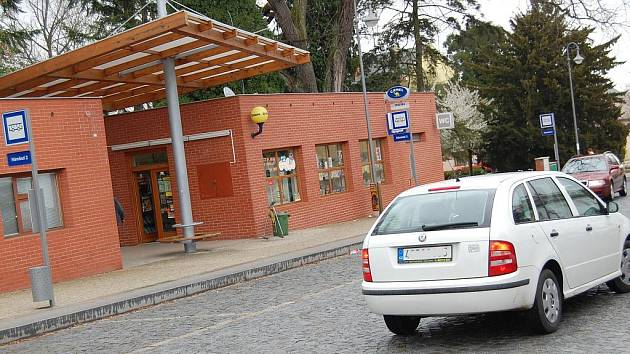 U autobusových zastávek na náměstí v Bělé se při rekonstrukci bude normálně parkovat. Zastávky se přemístí k hlavní silnici.