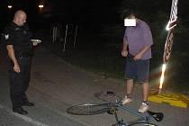 Opilý cyklista musel domů kolo dotlačit.