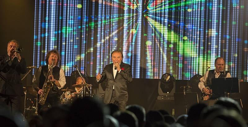 Zlatý slavík Karel Gott vystoupil v pátek 6. prosince 2013 v Domě kultury v Mladé Boleslavi. Tuto předvánoční kulturní lahůdku připravil pro své členy ZO OS Kovo Škoda Auto.
