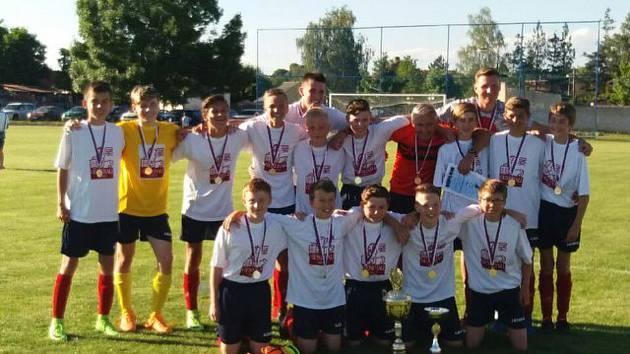 Vítězem žákovského fotbalového Copytrans Cupu se stali hráči Akumy Mladá Boleslav. Po domácí remíze 3:3 se jim podařilo zvítězit na hřišti Kostelního Hlavna 2:1, když jejich branky vstřelili Hlaváček a Hajdík.