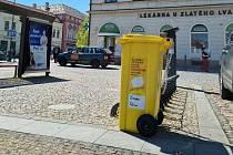 Žluté popelnice projektu na sběr použitých respirátorů a roušek už se plní