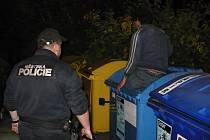 Přestože mohl strávit noc v pohodlí domova, zvolil raději kontejner na papír. Hrozilo mu sešrotování.
