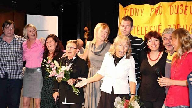 RENATA NEKOLOVÁ (uprostřed) při oslavách 20. výročí vzniku Linky důvěry v Mladé Boleslavi.