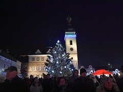 V Mladé Boleslavi na Staroměstském náměstí od neděle svítí patnáctimetrový smrk.