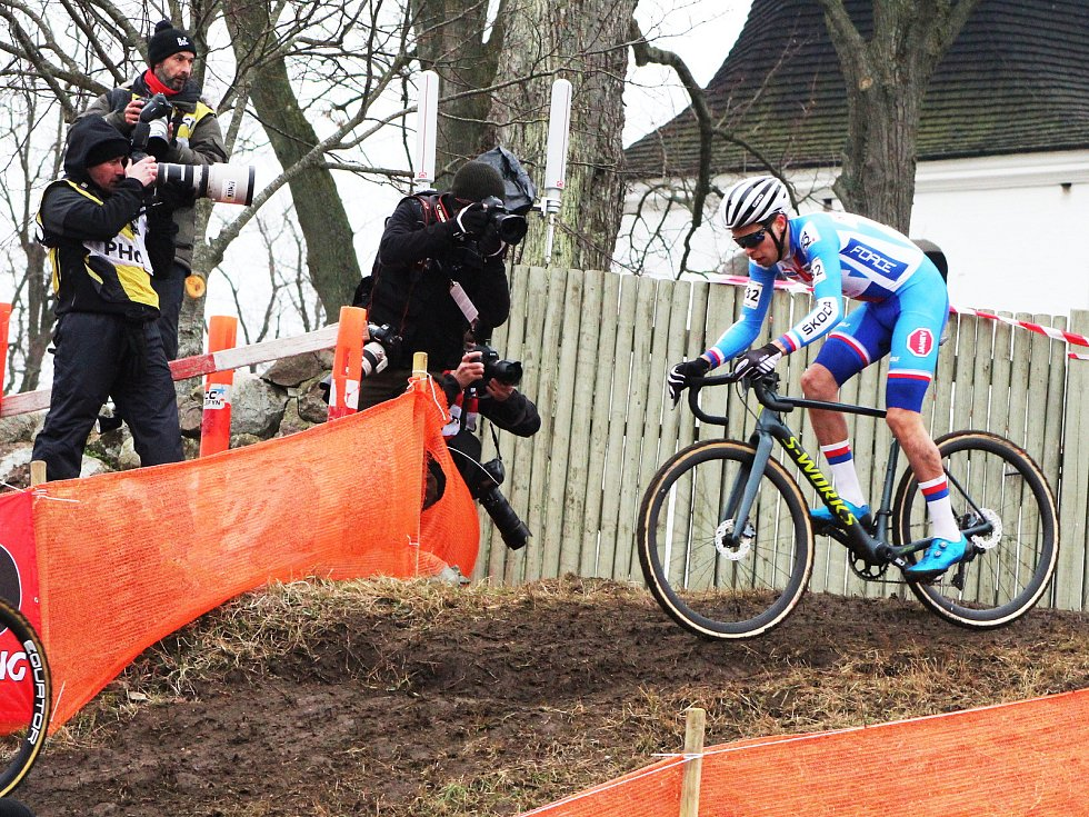 Závod juniorů na MS v cyklokrosu v dánském Bogense ovládl Ben Tullet (Velká Británie). Nejlepším z Čechů byl devátý Jakub Ťoupalík. Na snímcích čeští reprezentani: číslo 32 Jakub Ťoupalík, 31 Jan Zatloukal, 33 Tomáš Ježek.
